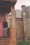 крыльцо дома-музея вместе с обслуживающим персоналом