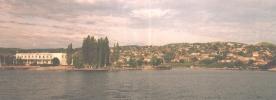 Слева пристань, в центре и справа - город